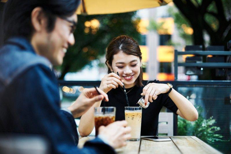 カフェでお茶する男女