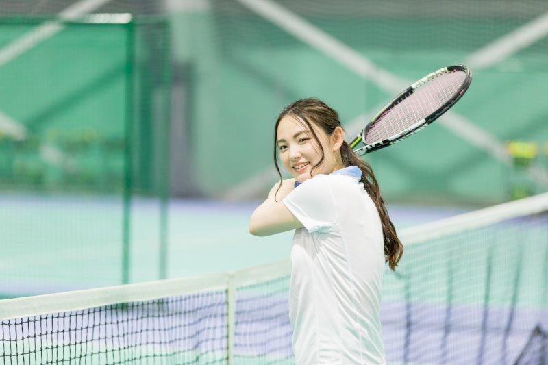テニスラケットをもっている女性