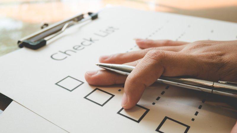 チェックリストを記入する手元のアップ