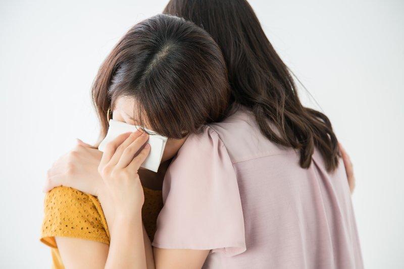 泣く女性をハグして慰めている女性