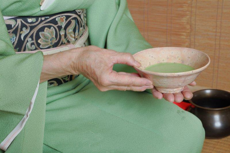 女性が茶道をしている手元