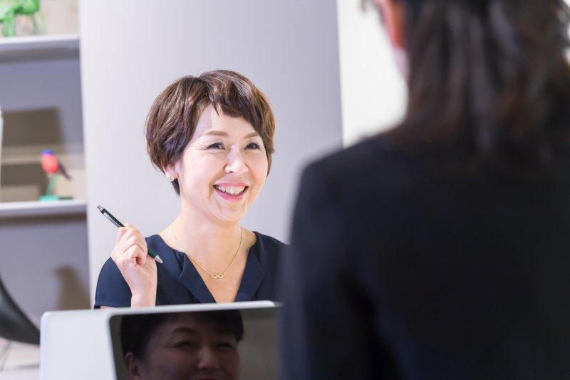 オフィスで仕事をしている50代女性