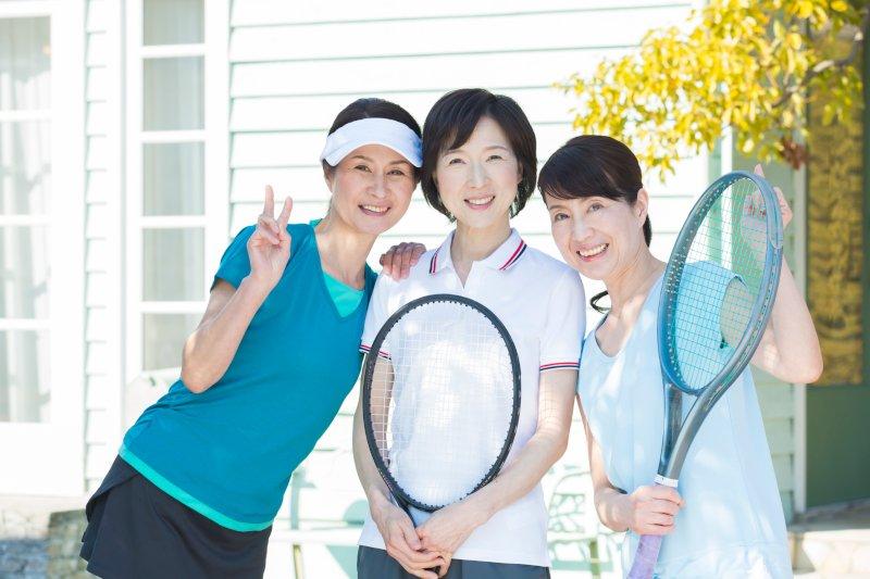 テニスウエアで並ぶ3名の50代女性