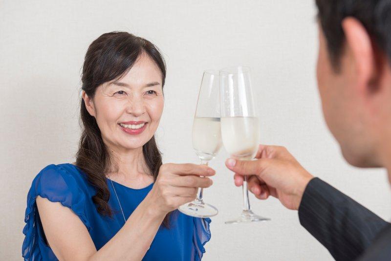 ワイングラスで乾杯している50代女性