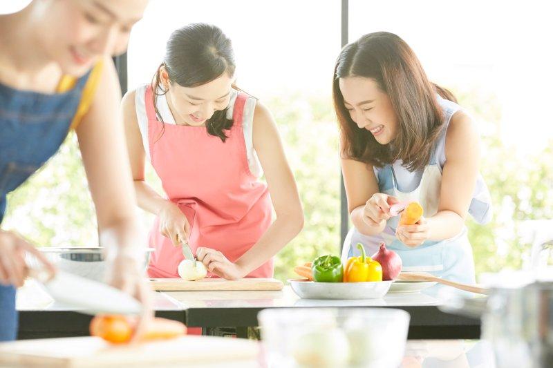 料理教室で料理をしている女性3人