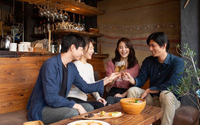 レストランで合コンをしている男女4人組