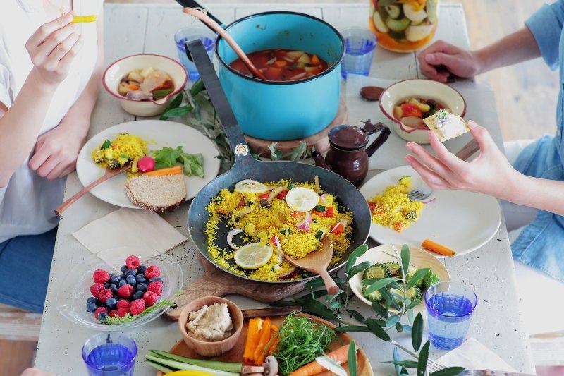 テーブルに色とりどりの食事が並べられている
