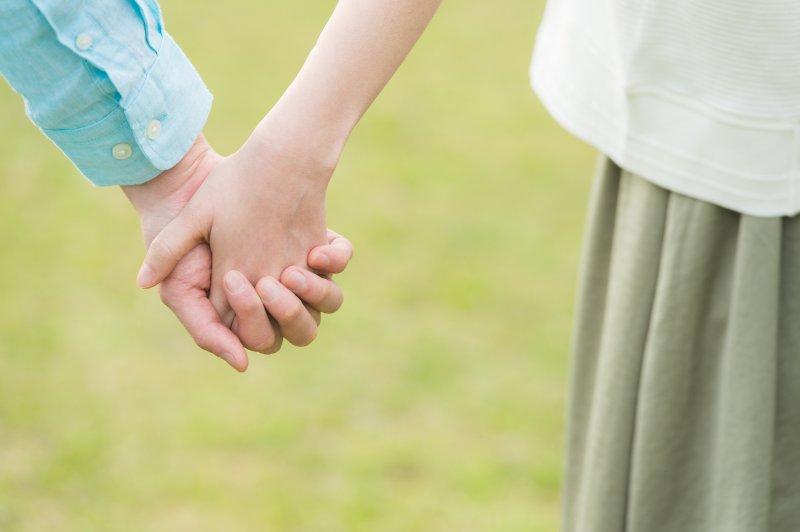 男女が手を繋いでいる手元のアップ