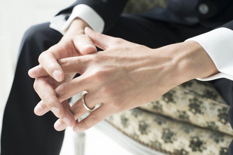 左薬指に指輪がはまっている男性