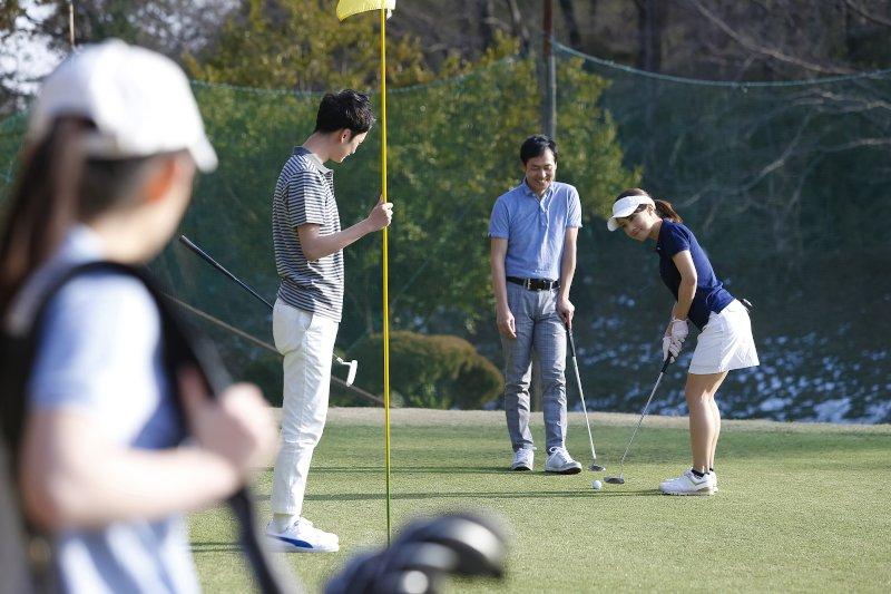 ゴルフをしている男女