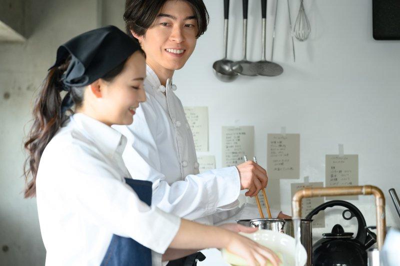 料理をしている男女