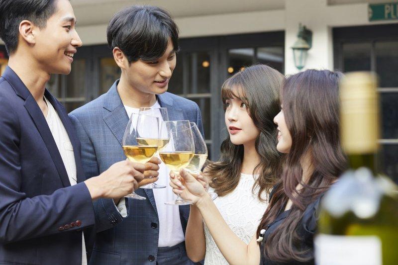 ガーデンパーティーで乾杯する男女