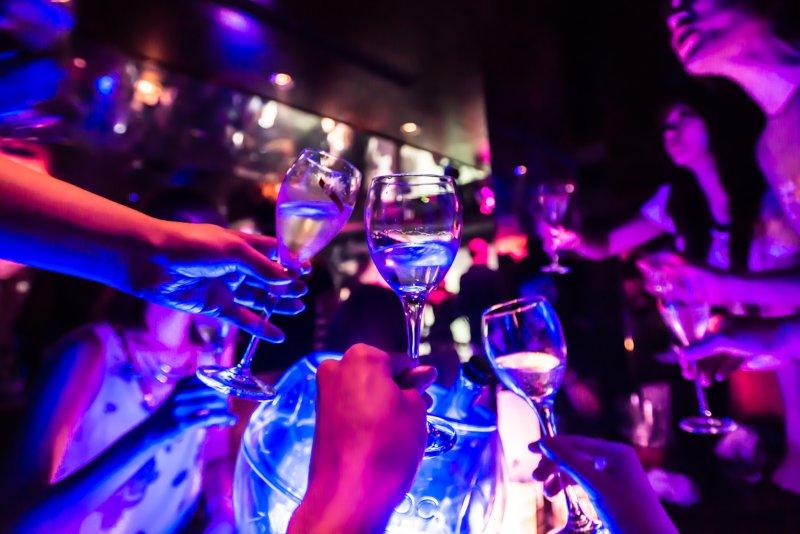 クラブで乾杯している