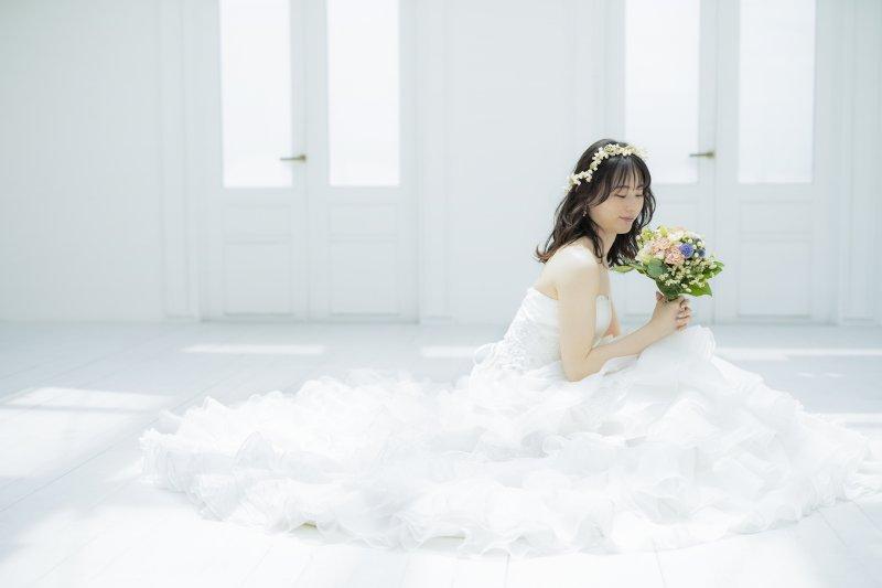 床に座った新婦のドレスの裾が360度広がっている