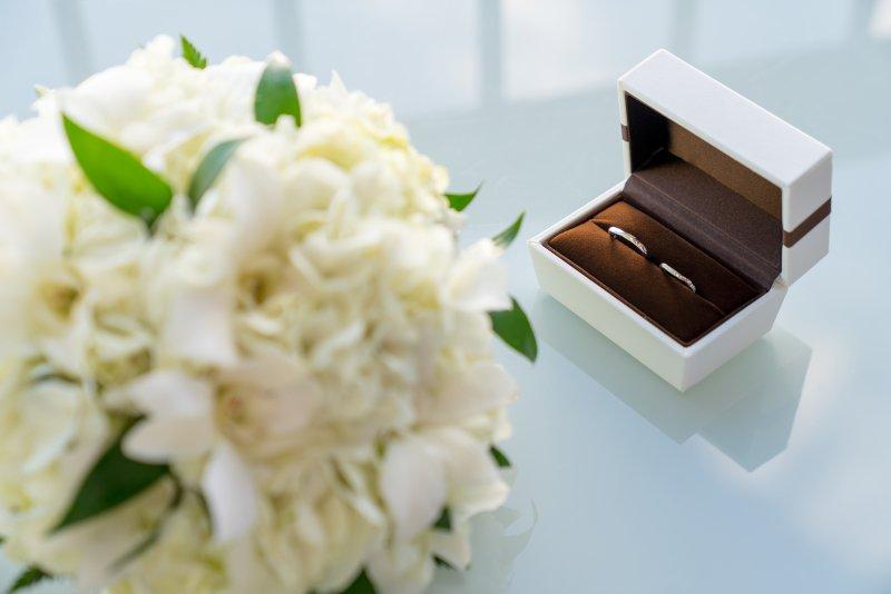 新郎新婦の結婚指輪が1つのケースに並んで保管してある