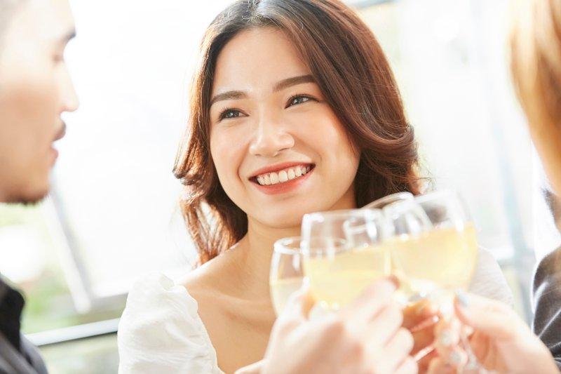笑顔で乾杯している女性