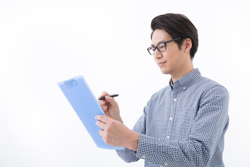 プロフィールカードを記入している男性