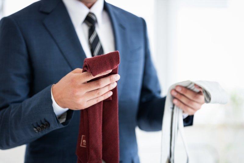 ネクタイを選んでいる男性