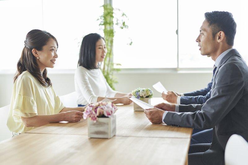 プロフィールカードを見ながら話をしている男女4名