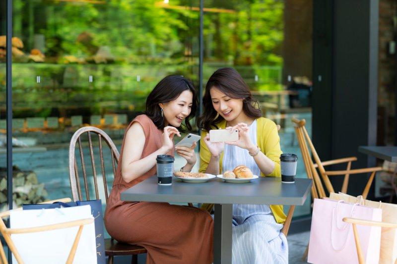 オープンカフェで談笑している女性2名