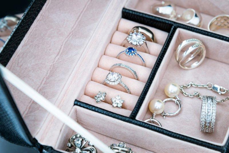 アクセサリーボックスに複数のリングが収納されている