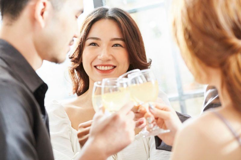 パーティーで乾杯している男女