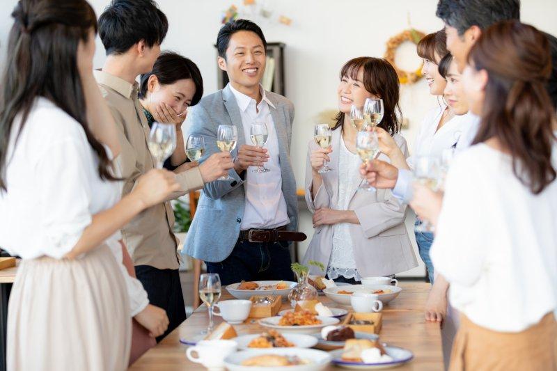 partyで乾杯する複数人の男女