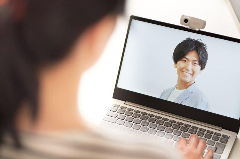 PCでビデオ通話している男女